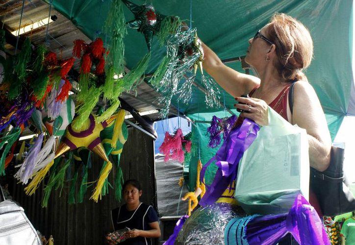 La venta de piñatas no ha mejorado en esta temporada. (Yajahira Valtierra/SIPSE)