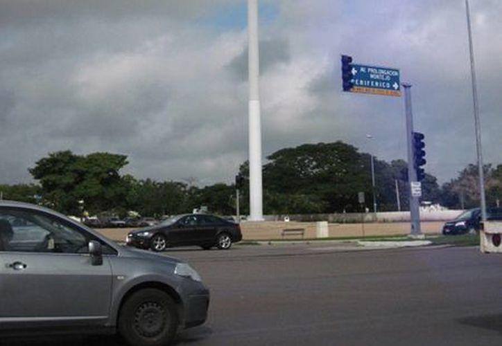 El asta bandera monumental ubicada en el norte de Mérida, en la salida al puerto de Progreso. (Francisco Puerto/SIPSE)