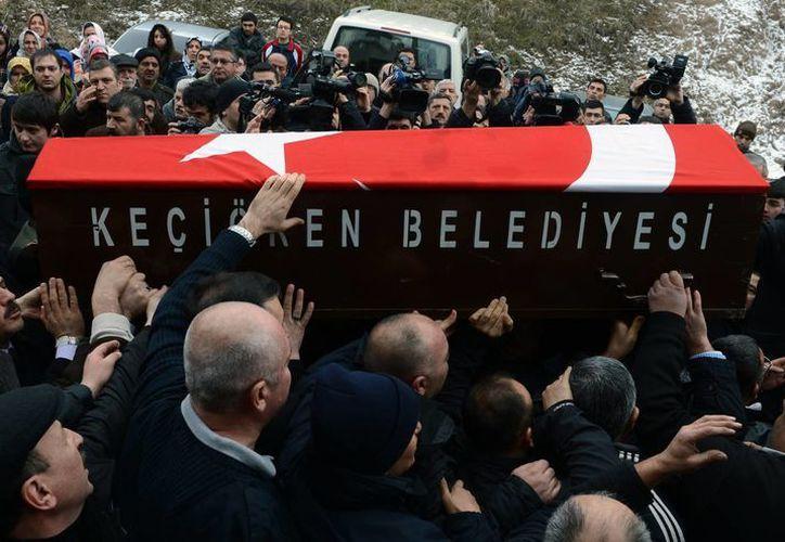 Cientos acudieron al sepelio de la mujer turca que murió durante el ataque. (Agencias)