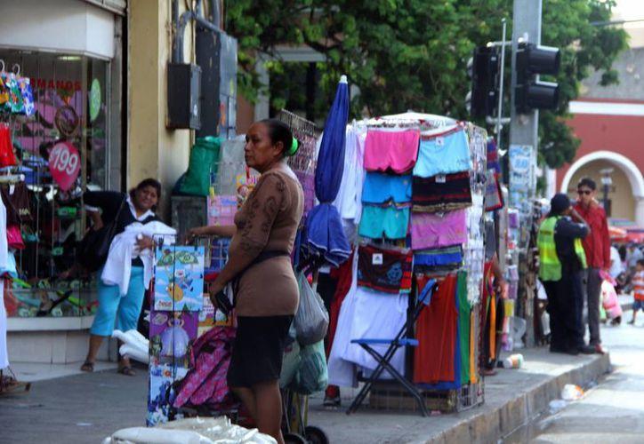 Los vendedores ambulantes requieren de un lugar específico para ejercer su actividad.  (Milenio Novedades)