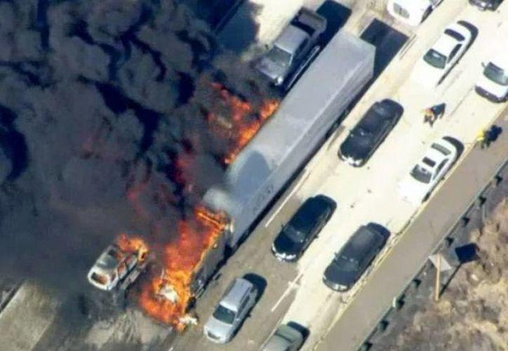 Un incendio forestal avivado por el viento comenzó a devorar una carretera en California con todo y vehículos varados, lo que causó pánico. (Foto: AP)