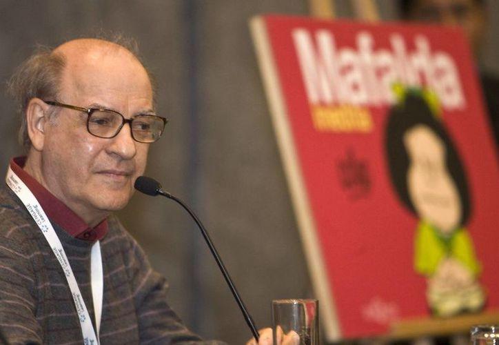 """El caricaturista argentino Joaquín Salvador Lavado """"Quino"""" durante la presentación en 2008 del libro """"Mafalda inédita"""", en la Feria Internacional del Libro (FIL), en Guadalajara. (Archivo/EFE)"""