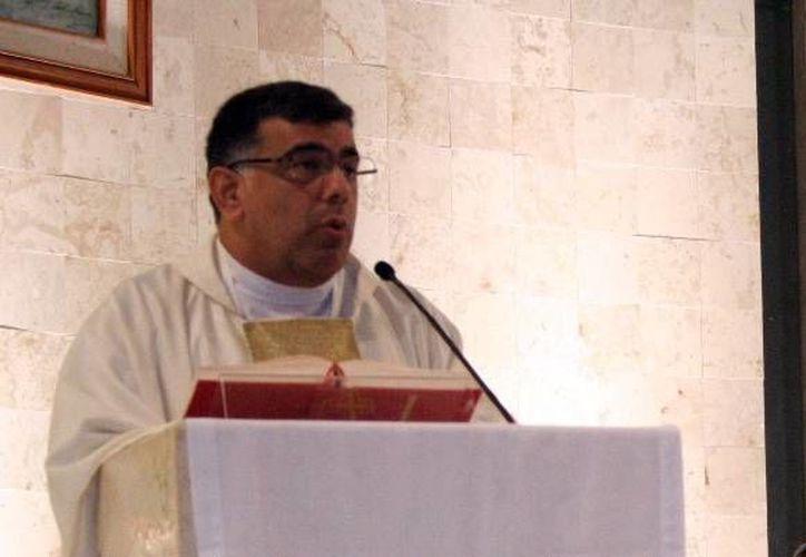 El Pbro. Jorge Carlos Menéndez Moguel, mejor conocido como el 'Padre Manito',  es un impulsor y  asesor eclesiástico de los talleres dirigidos a parejas yucatecas divorciadas vueltas a casar. (Milenio Novedades)