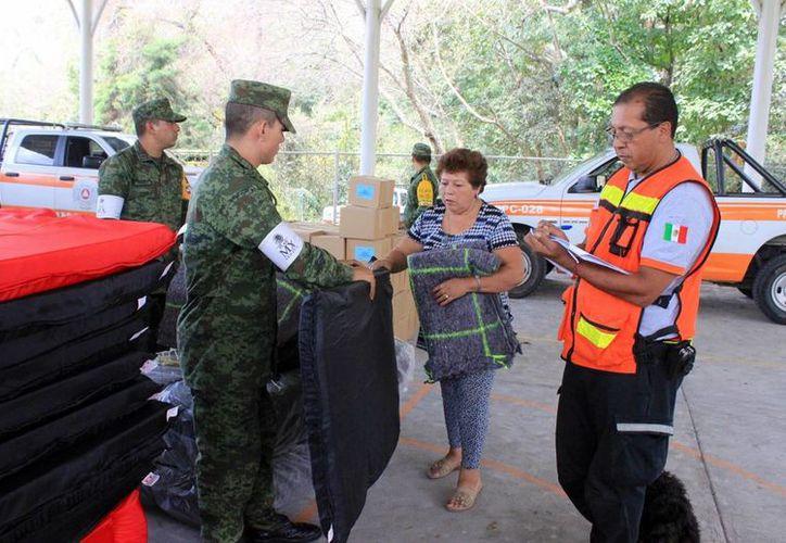 El pasado 2 de octubre, habitantes de las comunidades La Becerrera y La Yerbabuena, municipio de Comala, recibieron diversos apoyos de autoridades civiles y militares, tras las afectaciones por la actividad del Volcán de Colima. (Archivo/Notimex)