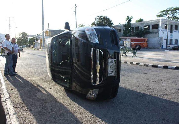 Un vehículo Aveo volcó en la 62 sur tras ser impactado por un Chevy cuyo guiador huyó del sitio. (Martín González/SIPSE)