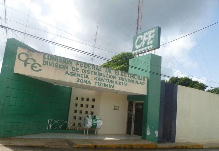 La CFE amenaza con suspender el suministro inmediatamente ante la falta de pago del recibo. (Raúl Balam/SIPSE)