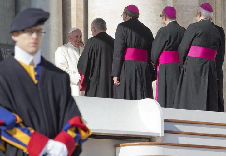 El Papa Francisco saluda a un grupo de obispos durante su audiencia del miércoles 1|1 de noviembre de 2014, en la Plaza de San Pedro, en El Vaticano. Hoy se dio a conocer la filtración de otro documento confidencial de la Santa Sede. (Foto: AP/Andrew Medichini)