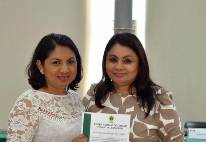 Hoy se realizó la entrega de  adscripciones laborales definitivas en beneficio de  empleados del Poder Judicial de Yucatán. (Fotos cortesía del Gobierno)