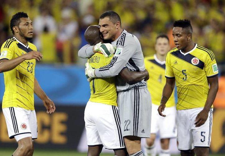 Mondragón recibe el reconocimiento de sus compañeros colombianos en el marco del partido contra Japón. (salzburg.com)