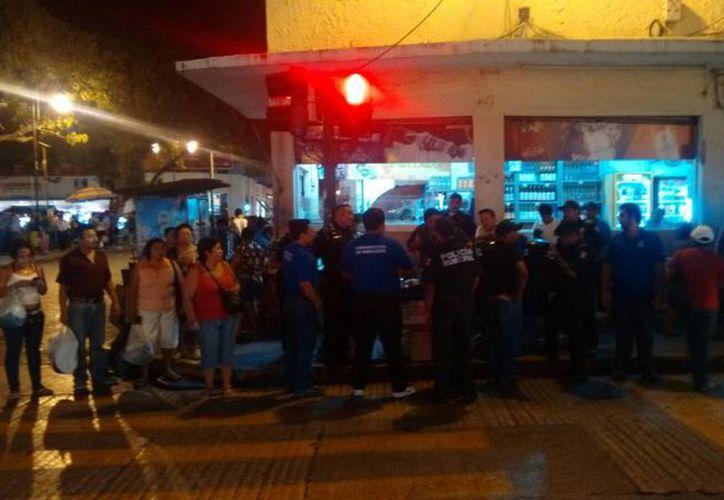 Este martes dio inicio un operativo para detener a vendedores de 'bombitas' clandestinas en el Centro de Mérida. La foto corresponde a la calle 65 por 56. (José Salazar/SIPSE)