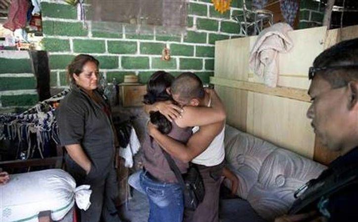 Juan Corso, quien fue secuestrado por ocho días, se abraza con una familiar en su residencia de Yautepec, Morelos. (Agencias)