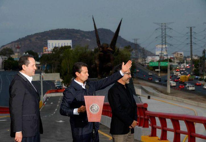 Peña Nieto saludó a los vecinos que se acercaron a presenciar el acto oficial. (Presidencia)