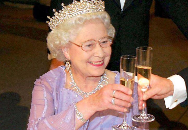 La reina de Inglaterra se da el lujo de beber varios cócteles al día, según el chef de la Casa Real. (Agencias)