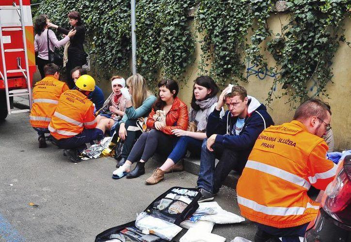 Los miembros de los servicios de emergencia tratan a los heridos tras una explosión ocurrida en el centro de Praga, República Checa. (EFE)