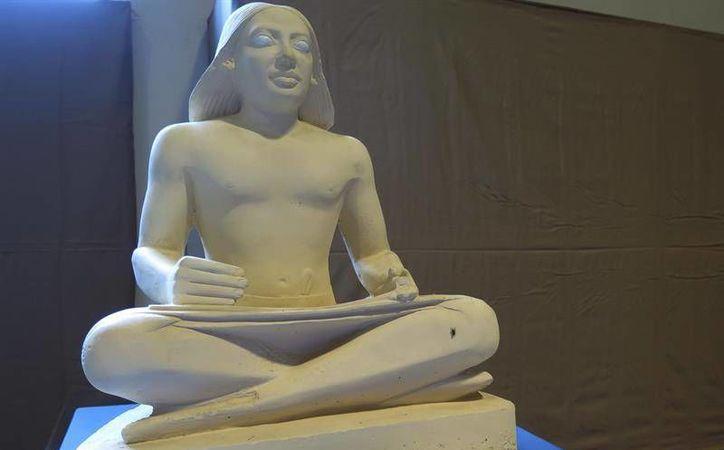 Las personas invidentes podrá conocer las diferentes figuras egipcias por medio de su tacto personal.(EFE)
