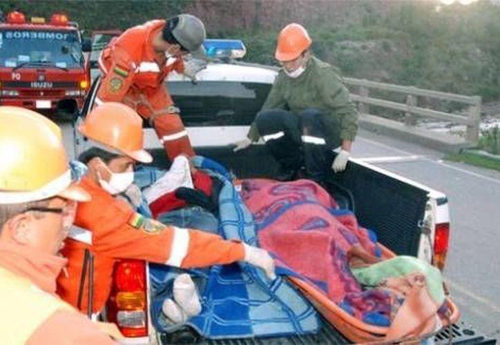 Los grupos de rescate aún trabajan para rescatar a heridos y fallecidos. (foto de contexto/lostiempos.com)