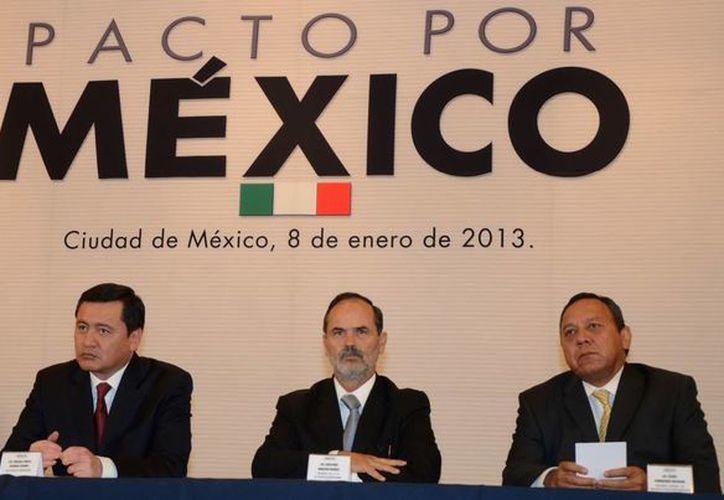 El secretario de Gobernación, Miguel Osorio Chong, con  dirigentes nacionales del PRI, PAN y PRD en la instalación del Consejo Rector del Pacto por México. (Notimex)