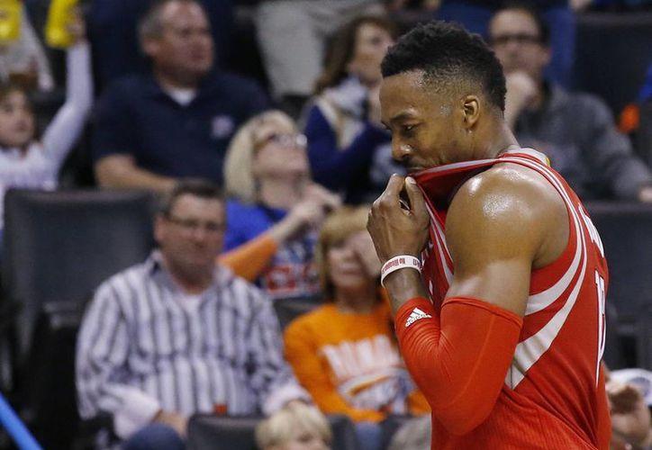 La suspensión de un partido impuesta por la NBA a Dwight Howard, estrella de Rockets, fue por 'golpear el brazo de un árbitro' el sábado en la derrota 123-122 ante Washington. (AP)