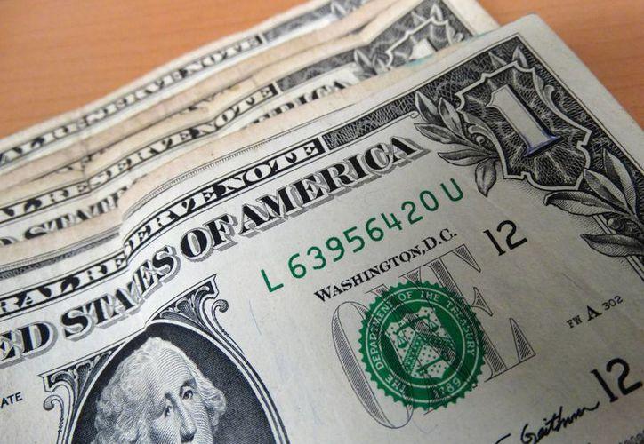 Banamex vende el dólar en 17.75 pesos; Bancomer en 17.66 pesos; Santander en 17.62, mientras que Banorte lo hace en 17.55 pesos. (SIPSE)