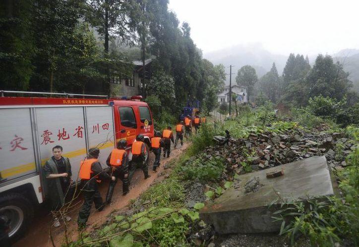Rescatistas durante una operación realizada por el deslizamiento de tierras en Dujiangyan, provincia china de Sichuan. (EFE)