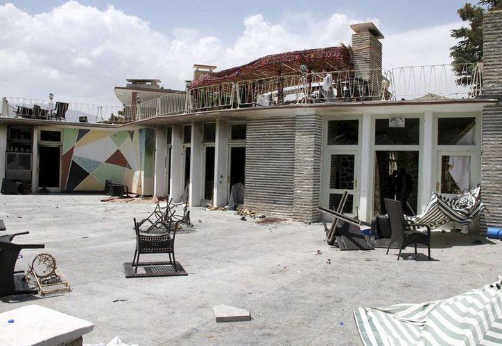 Los talibanes lanzaron un ataque suicida contra el Hotel North Gate en Kabul (Afganistán). En la imagen, estado en el que quedó el hotel Spozmai, situado a las afueras de Kabul, tras otro atentado terrorista talibán ocurrido el 22 de junio de 2012, en el que murieron 26 personas. (EFE/ Archivo)