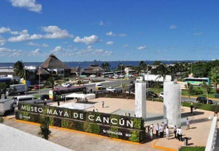 El Museo Maya de Cancún recibe a visitantes de varias partes del mundo, quienes fueron atraídos por las exposiciones y vestigios arqueológicos en el lugar.  (Archivo/SIPSE)