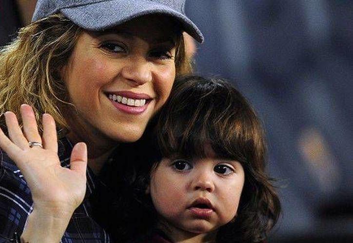 En imagen, la cantante Shakira con su hijo Milán. La colombiana está disfrutando al máximo la experiencia de ser madre y por eso  acaba de lanzar una aplicación para padres de familia. (Archivo AP)