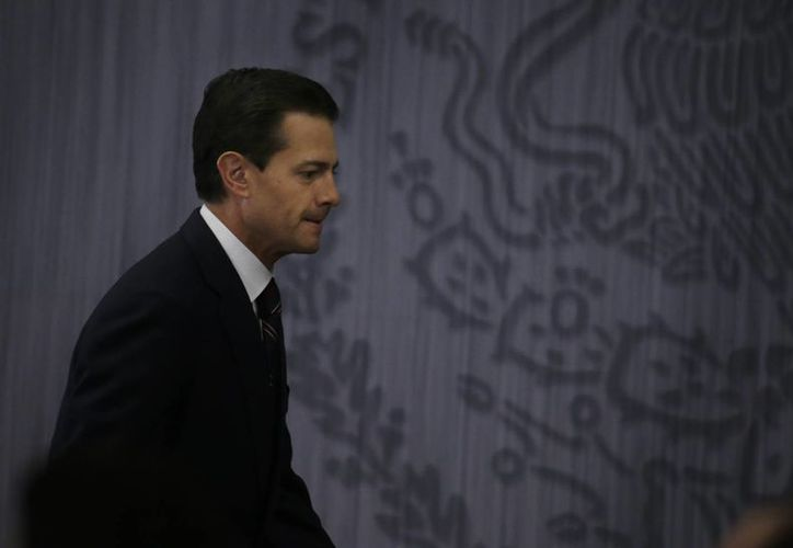 El presidente Enrique Peña Nieto a su arribo al salón Adolfo López Mateos, al reanudar sus actividades públicas luego del periodo decembrino y el inicio de 2017. (AP/Marco Ugarte)