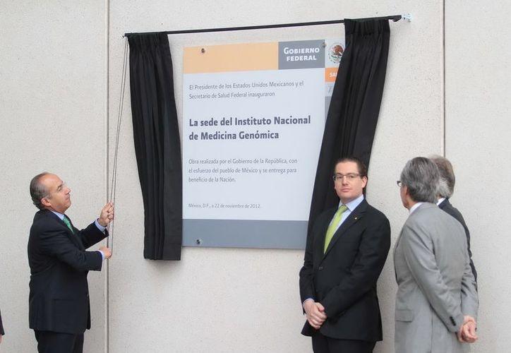 El presidente Felipe Calderón,  durante la inauguración de las instalaciones definitivas del Instituto Nacional de Medicina Genómica (Inmegen).  (Notimex)