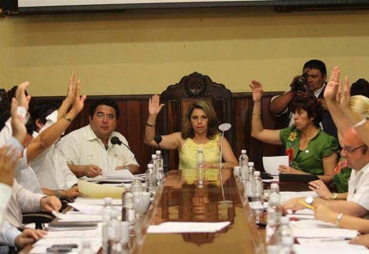 Angélica Lara y Omar Lara (a su derecha) son investigados por la Contraloría Municipal por irregularidad en el contrato de arrendamiento de las lámparas chinas del alumbrado público, durante la administración pasada. La imagen es de archivo y corresponde a una sesión de Cabildo. (SIPSE.com)