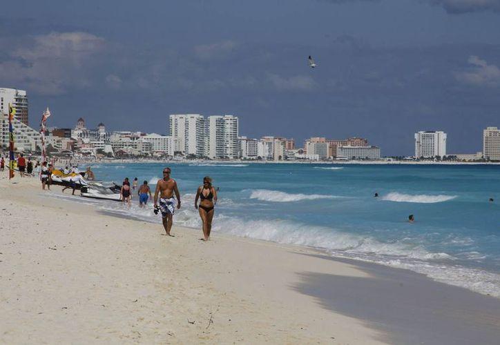 Las agencias de viajes y hoteles brindan al turismo promociones atractivas en páginas de internet o en las redes sociales. (Israel Leal/SIPSE)