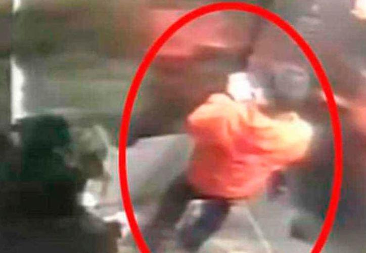 Una madre golpeó con una vara a su hijo por cinco horas hasta matarlo. (Captura YouTube)