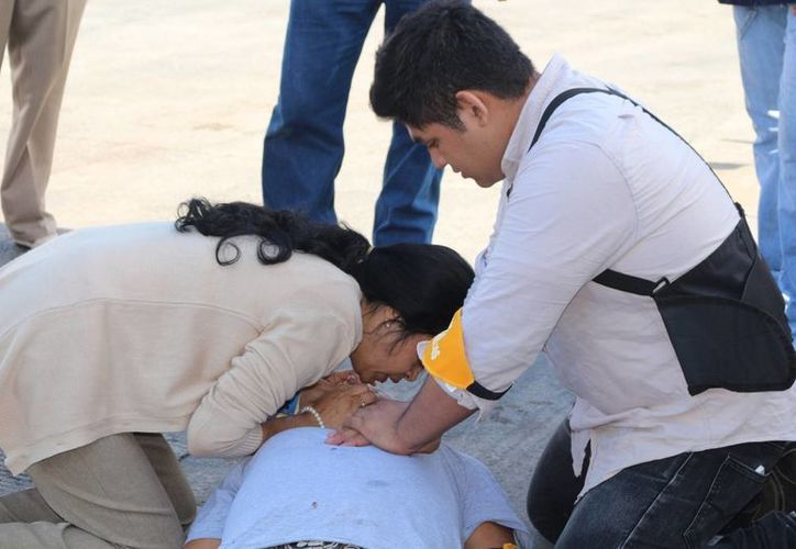 Se llevó a cabo la evacuación de la tienda y la atención de los primeros auxilios a una persona por intoxicación de humo. (Adrián Barreto/SIPSE)