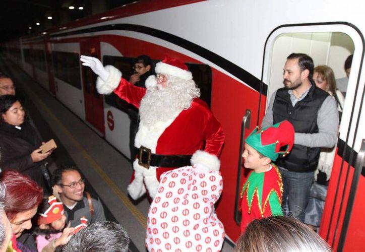 La navidad llegó a la Estación Buenavista del Tren Suburbano de la Ciudad de México, con el encendido del Árbol de Navidad, así como con el inicio a un programa <i>La Navidad llegó en Tren</i>. (Notimex)
