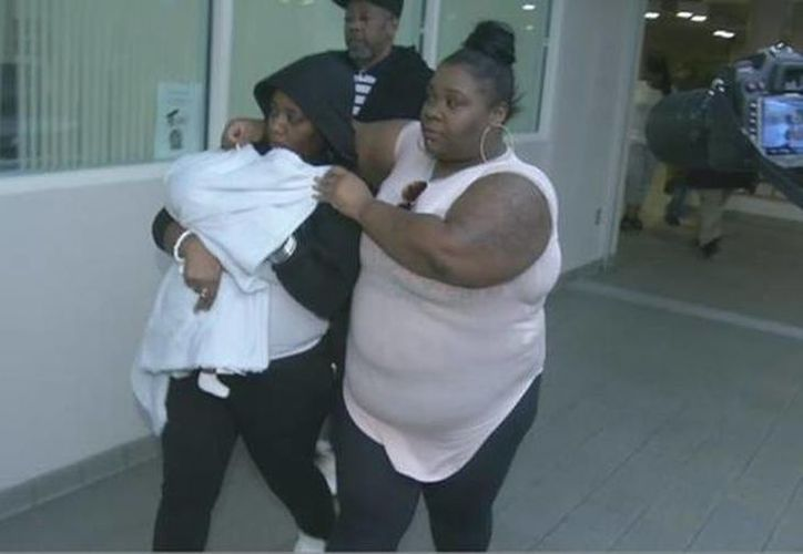 El bebé fue entregado a su madre después de cinco horas de haber sido secuestrado por una mujer en un centro comercial. (6abc.com)