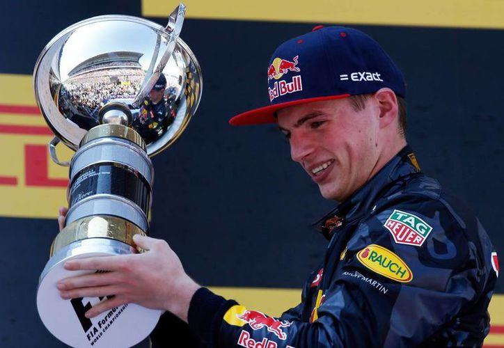 Verstappen sacó provecho del accidente de Mercedes y se aferró al triunfo apenas unos días después de que fuera ascendido del equipo Toro Rosso en un controversial cambio con Daniil Kvyat. (AP)