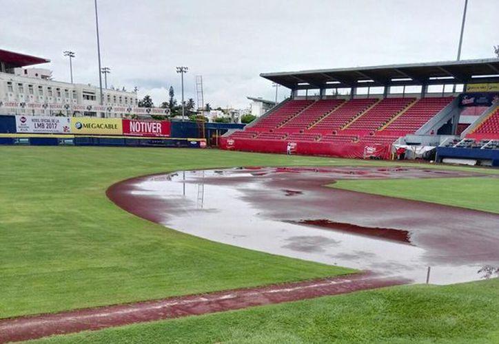 La lluvia dejó en malas condiciones el terreno de juego. (Leones de Yucatán/ Facebook)