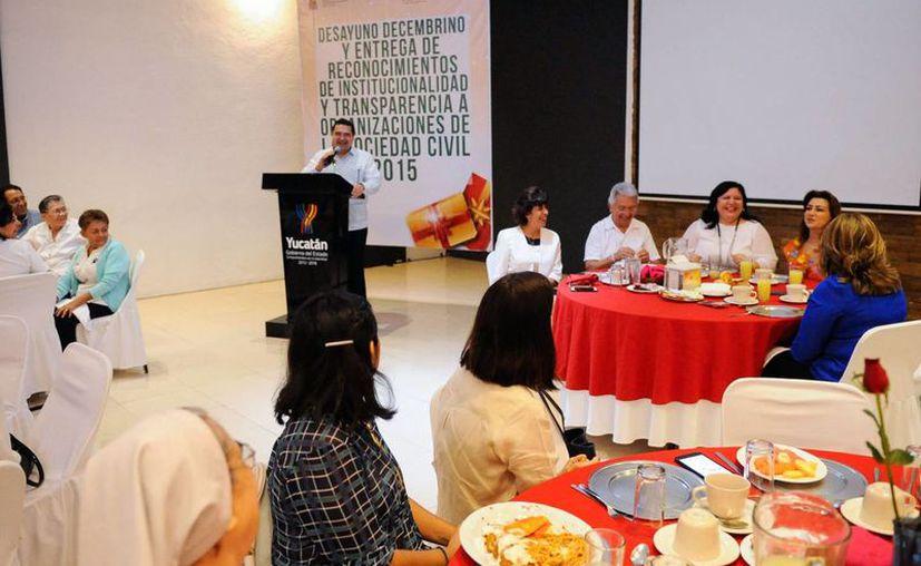 Con la entrega de reconocimientos por transparencia e institucionalidad a 8 organizaciones civiles yucatecas, ya suman 17 las instituciones certificadas en el estado, que es uno de los líderes nacionales en este aspecto. (Fotos cortesía del Gobierno de Yucatán)
