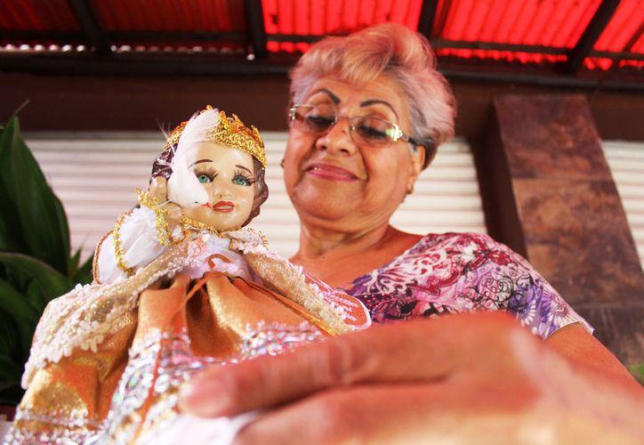 Este año, doña Irma Santillán visitó 200 imágenes del Niño Jesús. (Foto: Daniel Pacheco/SIPSE)