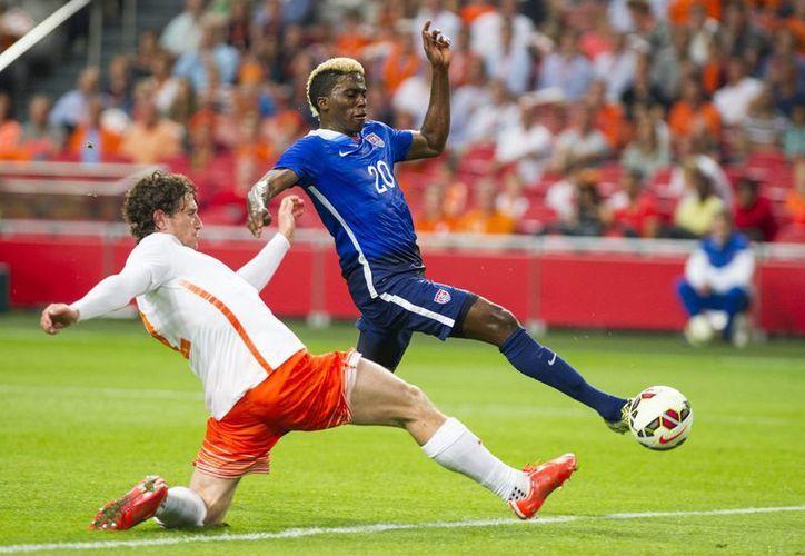Holanda comenzó ganando el partido, luego el norteamericano Gyasi Zardes (en la foto) logró el empate, entonces Holanda se puso arriba 3-1 pero en los últimos 20 minutos EU anotó 3 dianas y ganó 4-3 en Amsterdam, en un resultado histórico. (Foto: AP)