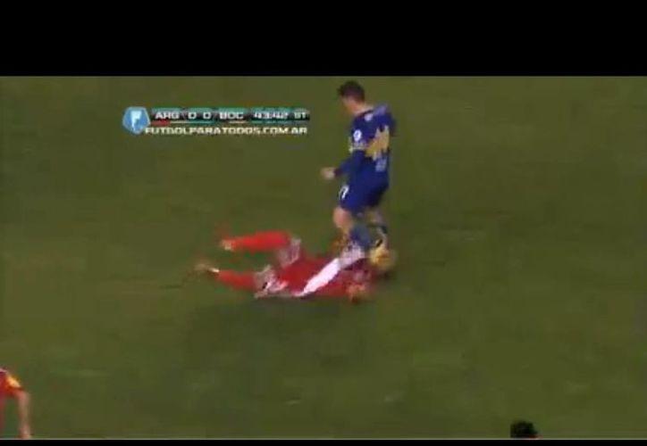 Boca Juniors conservó el empate, pero Gaspar Iñíguez (de rojo) perdió tres dientes. (Captura de pantalla de YouTube)