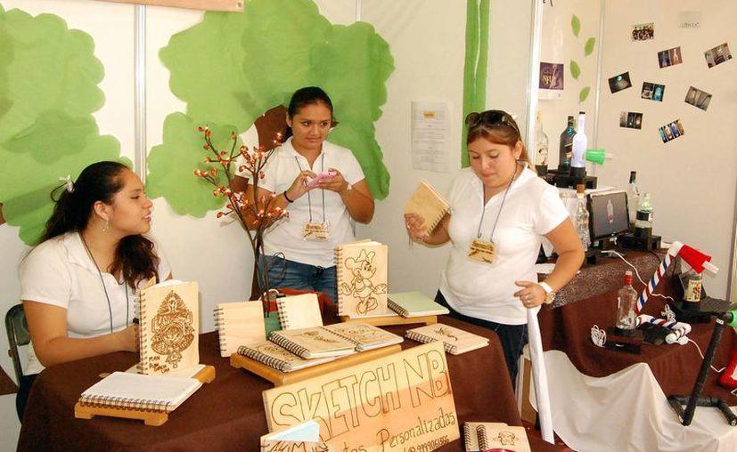 Al emprender se deben explotar las ventajas competitivas que ofrece el producto. Imagen de un grupo de emprendedores en una expo en Mérida. (Milenio Novedades)