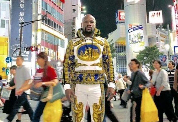 Durante su viaje a Japón, Floyd Mayweather ha aprovechado para agregar a su guardarropa modelos con el toque glamuroso que lo caracteriza. (Captura de pantalla/Redes sociales)
