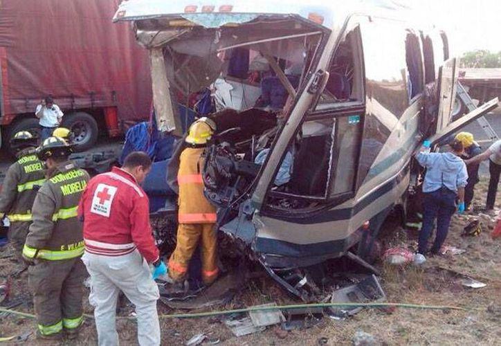 Así quedó el autobús que chocó esta mañana con un camión de carga, en la vía México-Guadalajara, con saldo de 2 muertos. (Twitter @pcmichoacan)
