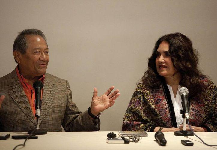 Armando Manzanero y la cantante Tania Libertad en rueda de prensa. (EFE)
