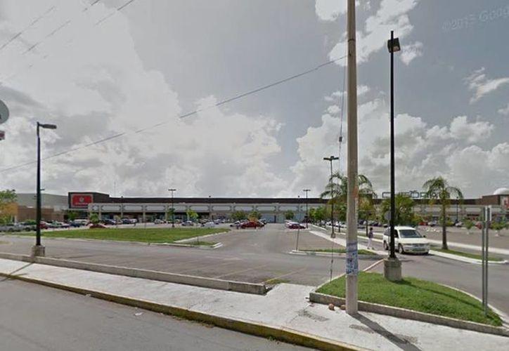 Imagen de la plaza comercial ubicada en la zona nororiente de la ciudad en donde acudieron elementos del Ejército ante una amenaza de bomba. (Google Maps)
