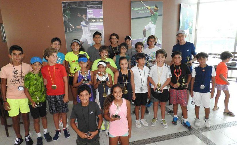Los campeones celebraron sus victorias con la foto del recuerdo luego de la premiación. (Raúl Caballero/SIPSE)