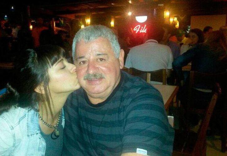La periodista María Soledad Fernández falleció en un accidente automovilístico. En la imagen, la comunicadora felicita a su padre, el también periodista Titi Fernández, por su cumpleaños. (Twitter @Titifernandez1)