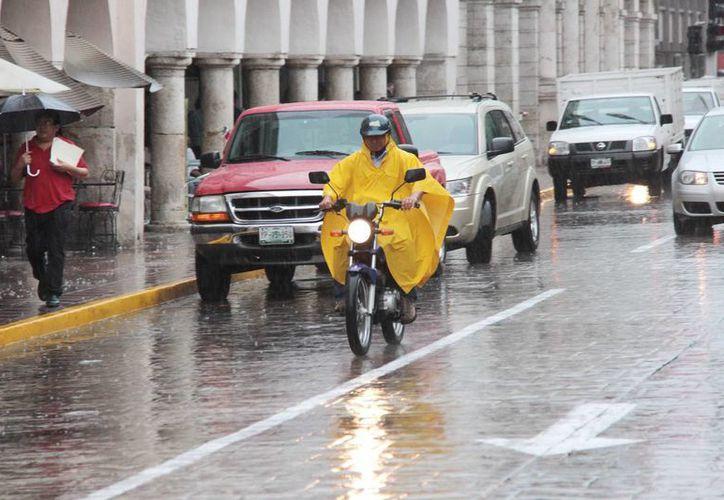 Este lunes las lluvias acompañaron a los meridanos durante buena parte del día. (SIPSE)