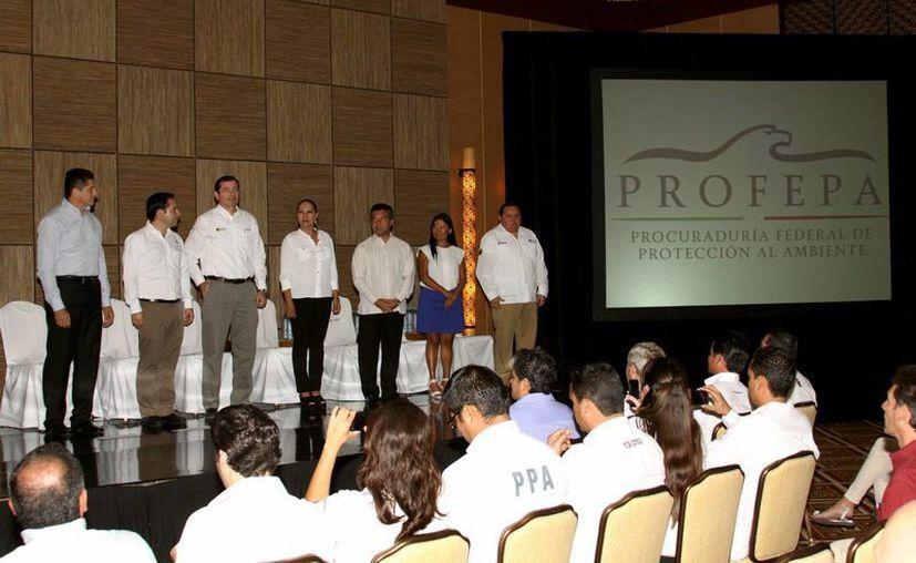 Representantes de las empresas premiadas recibieron el certificado en una ceremonia a la que acudieron autoridades ambientales y municipales.  (Adrián Monroy/SIPSE)